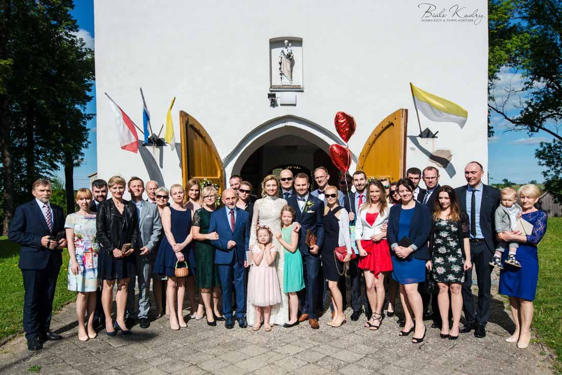 zdjęcie grupowe pod kościołem