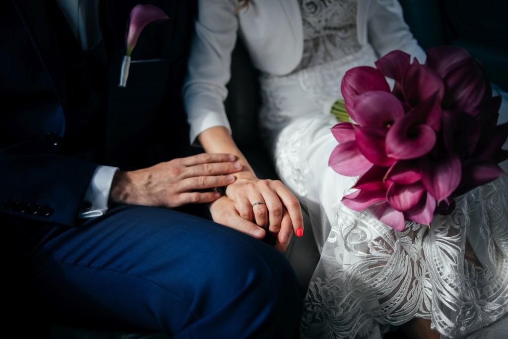 pałac brzezina, ślub we wrocławiu, fotograf slubny wrocław, bukiet kwiatów