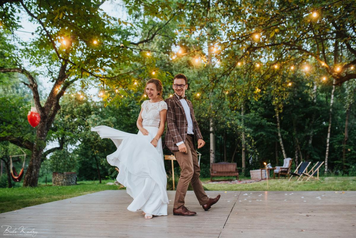 Pierwszy taniec i wesele w stylu rustykalnym, parkiet na świeżym powietrzu pod gołym niebem