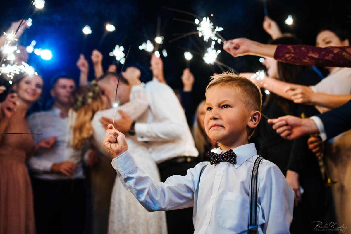 śmieszne zdjęcia ślubne, pocałunek pary młodej, fotograf ślubny małopolska zimne ognie