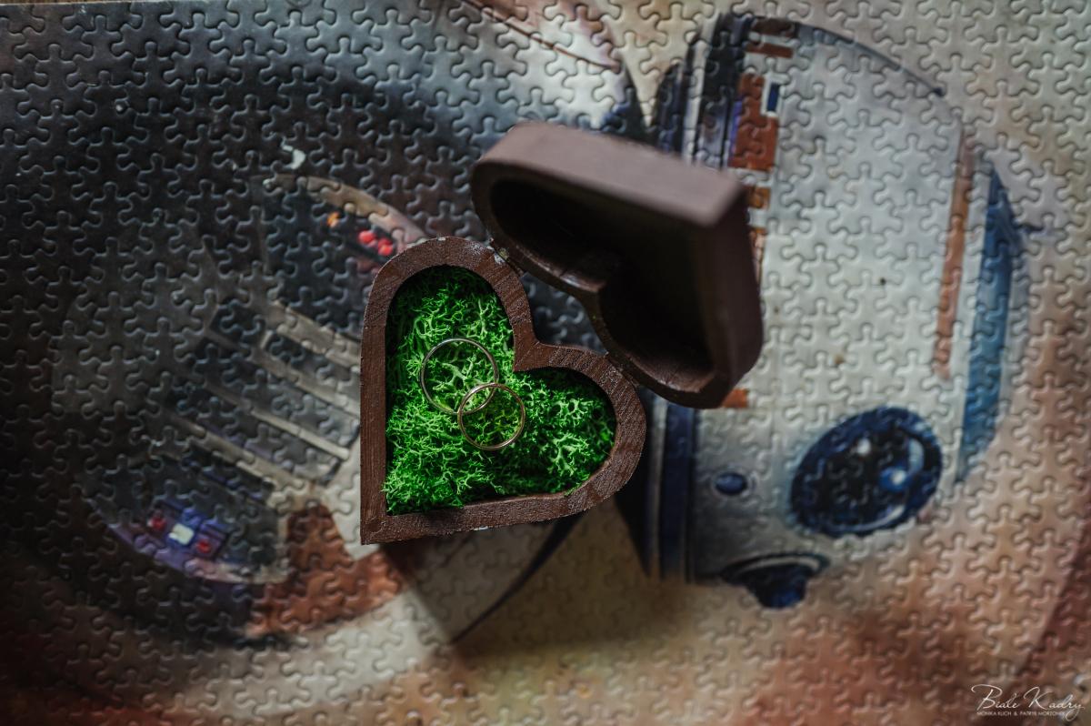drewniane pudełko na obrączki ślubne w kształcie serca w klimacie i z motywem star wars